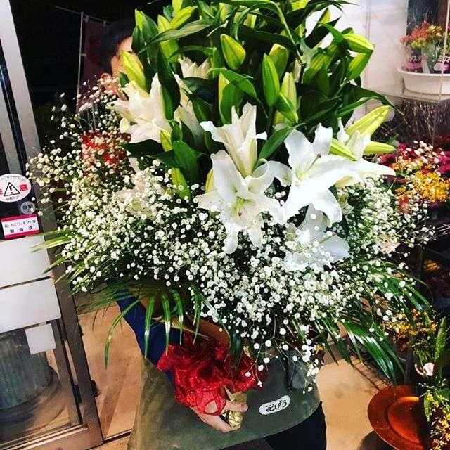 ユリとカスミ草の花束をお届けしました。